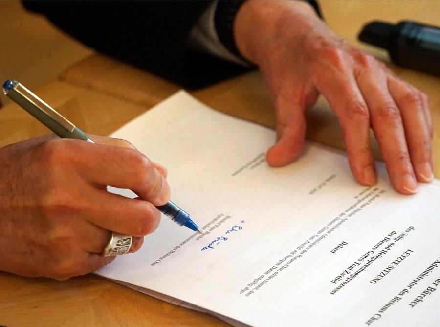 ...und unterzeichnet das Dekret der letzten Sitzung des Seligsprechungsprozesses