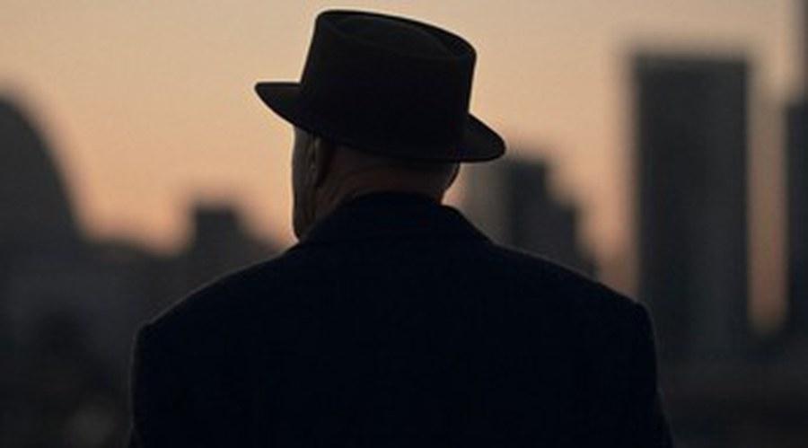 Künstler mit Hut und Hauptperson im Film: Not Vital