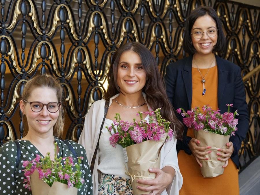 Drei der vier Preisträgerinnen. Foto: Simon Spengler