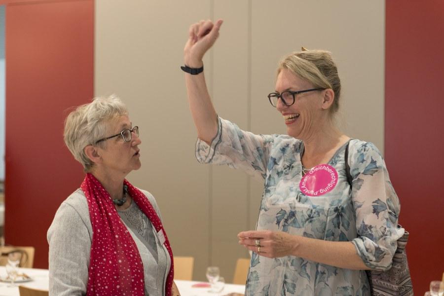 Franziska Driessen-Reding im Gespräch mit einer Delegierten des Frauenbundes