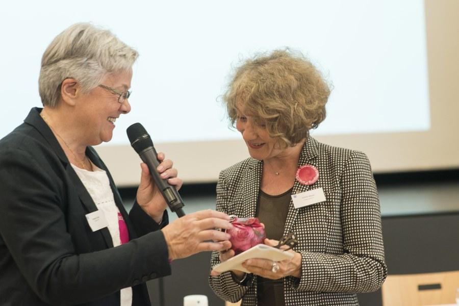 Amanda Ehrler, KFB-Präsidentin, überreichte Corine Mauch ein Rosenbad als Geschenk
