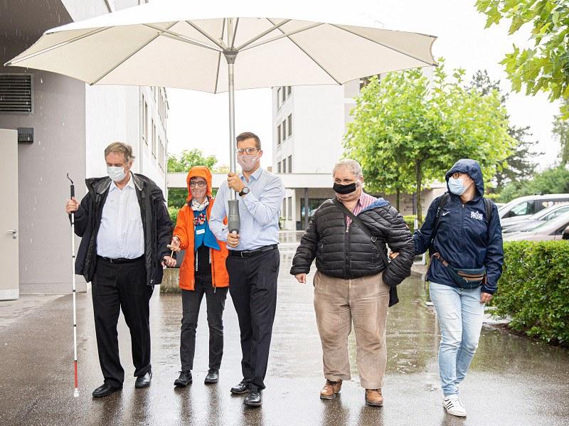 Herzlicher Empfang mit dem grossen Regenschirm