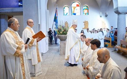 Fünf verheiratete Männer zu Diakonen geweiht