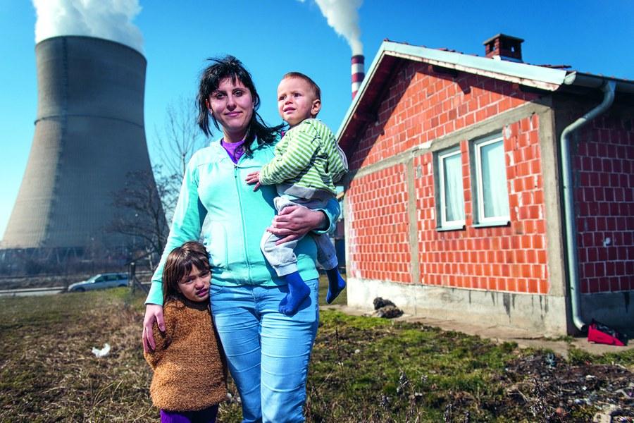 Obiliq, Kosovo, Februar 2015: Meheteme Brahimi (25)findet nach ihrer Flucht mit ihren Kindern Ermonda (4)und Ermond (2)ein neues Heim vis-à-vis des Braunkohlekraftwerks. In diesen Wochen emigrierten rund zehn Prozent der Bevölkerung von Kosovo nach Westeuropa. Foto: Joseph Khakshouri