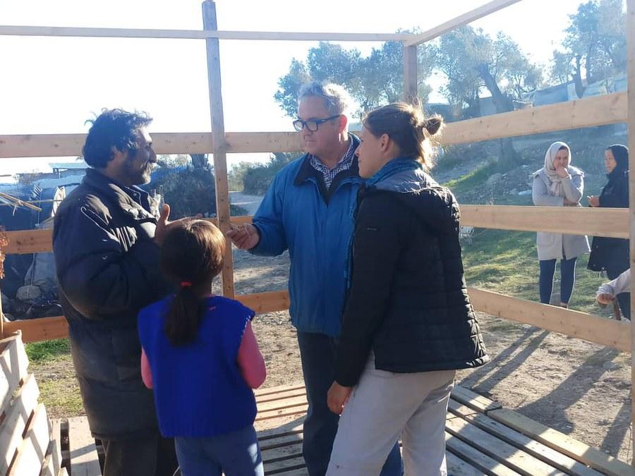 Jesuitenparter Joyeux (blaue Jacke) mit Helferin und Flüchtlingen