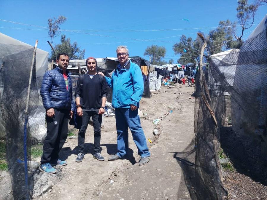 Pater Joyeux (blaue Jacke) mit Flüchtlingen