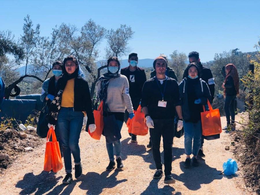 Freiwillige verteilen Seife und Essen.