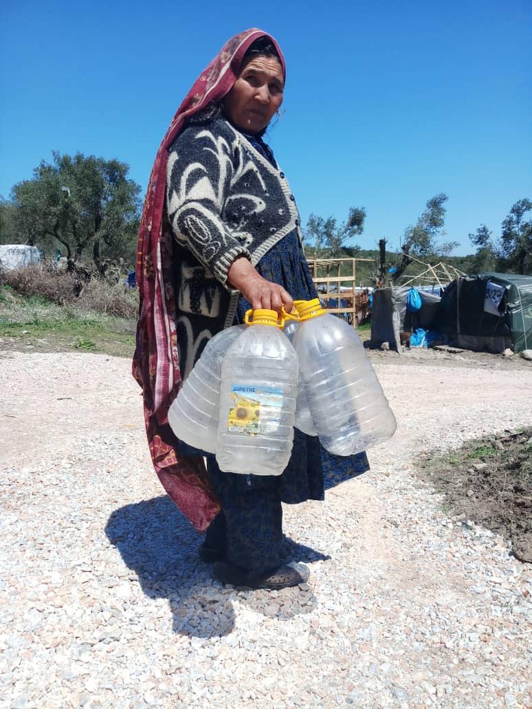 Eine Frau holt Wasser für Ihre Familie