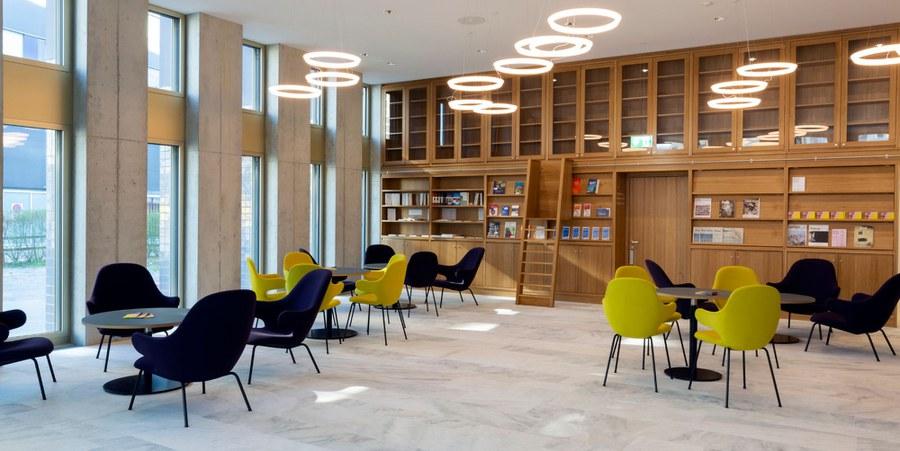 Foyer mit Bibliothek. Bild: Nikolaus Spoerri