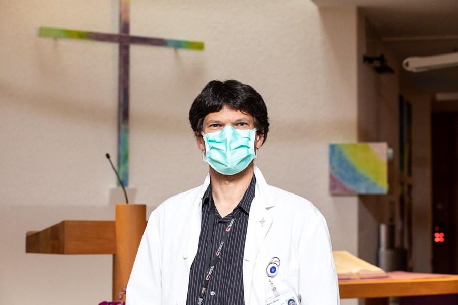 Seelsorger Bernd Siemes in der Kapelle des Unispitals