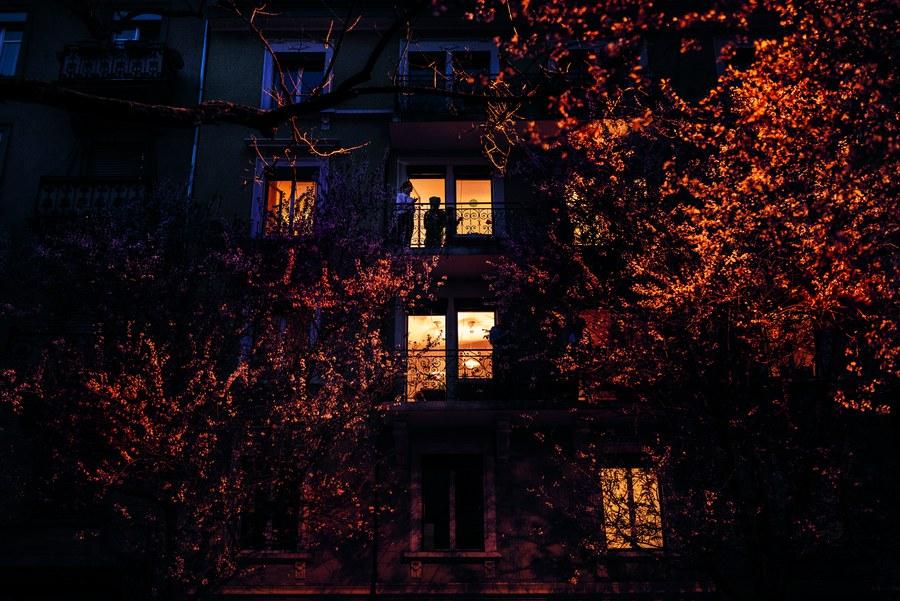 Beifall für das Gesundheitspersonal: Menschen an Fenstern und auf Balkonen in der Stadt Zürich danken klatschend für die engagierte Arbeit von Ärzten und Pflegenden