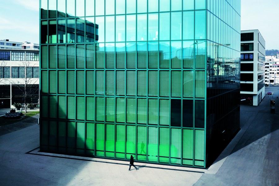 Leere Büropaläste, leere Plätze: Ein einsamer Mensch vor der Glasfassade des Prime Tower im Zürcher Trendquartier Kreis 5.