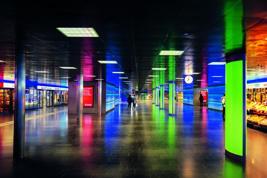 Gähnende Leere im ShopVille unter dem Zürcher Hauptbahnhof: Wo sich in normalen Zeiten Tausende Menschen drängen, verirrt sich im Lockdown ein einzelnes Paar