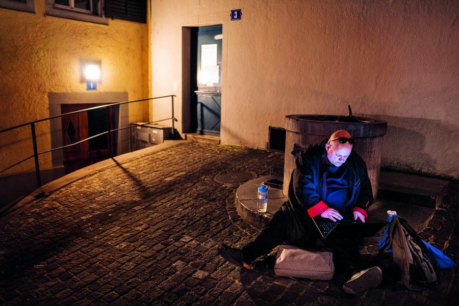 Randständige Menschen trifft es in der Pandemie am stärksten: Ein obdachloser Mann aus dem Tessin sitzt am Häringsplatz in Zürich vor der geschlossenen Suppenküche. Auf die Frage, wo er schlafen wird, antwortet er: «Hier», und packt seinen Laptop aus.