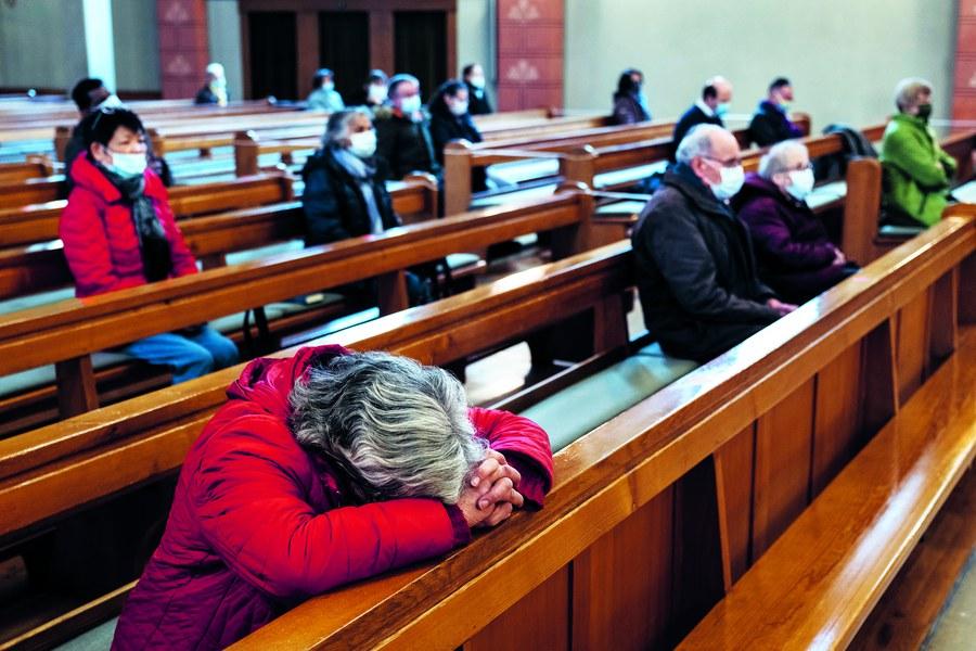 Die Menschen sind erschöpft, suchen Trost und Hoffnung: Gläubige auf Distanz im Gottesdienst in der Kirche St. Peter und Paul.