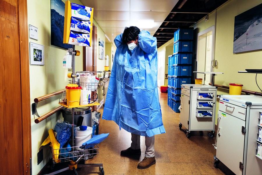 Neben Ärzten und Pflegenden betreuen auch Seelsorgende die Schwerkranken auf der Intensivstation: Spitalseelsorger Bernd Siemes macht sich bereit für den Besuch eines Corona-Patienten