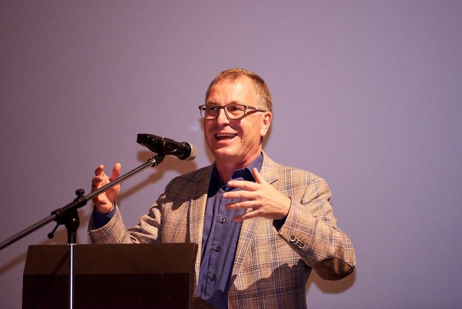 Kirchenrat Michel Müller begrüsst die Gäste an der Preisverleihung.