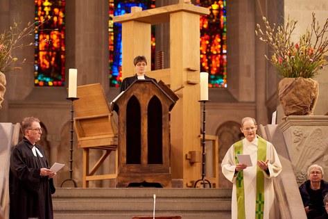 Kirchenratspräsident Michel Müller, Generalvikar Josef Annen und die Bibel im Dialog