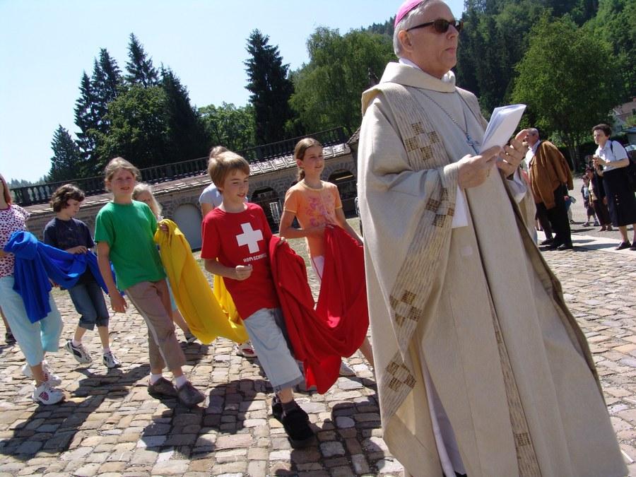 Als Seelsorger und Priester immer nahe bei den Menschen: Paul Vollmar hier bei der Zürcher Wallfahrt nach Einsiedeln. (Foto: Christian Murer)