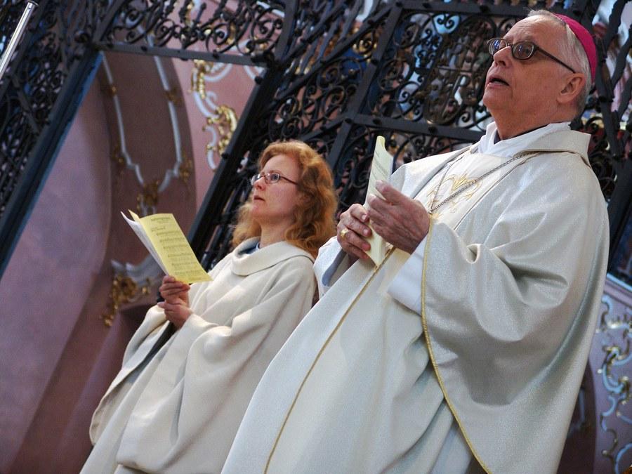 Frauen in der Seelsorge waren für Weihbischof Paul Vollmar eine Selbstverständlichkeit. Hier mit Alexandra Dosch anlässlich der Zürcher Wallfahrt nach Einsiedeln. (Foto: Christian Murer)