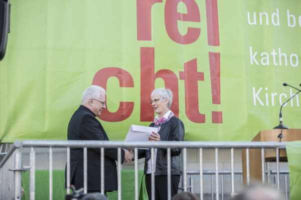Kundgebung ES REICHT am 9.3.2014 in St. Gallen mit dem Präsidenten der Bischofskonferenz Markus Büchel | © andrebrugger
