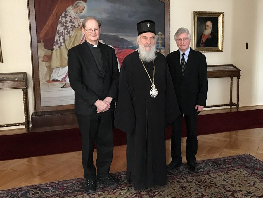 Patriarch Irinej der Serbisch-Orthodoxen Kirche (Mitte), Generalvikar Josef Annen (links) und Peter Wittwer (rechts). Foto: zvg