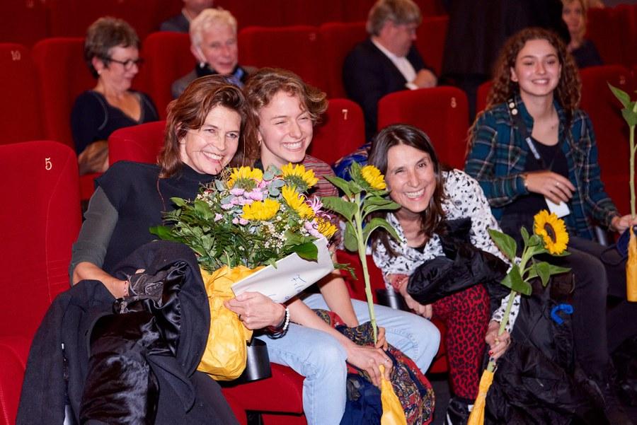 Karin Heberlein (links) an der Preisverleihung letztes Jahr mit ihrer Filmcrew. Foto: Gion Pfander