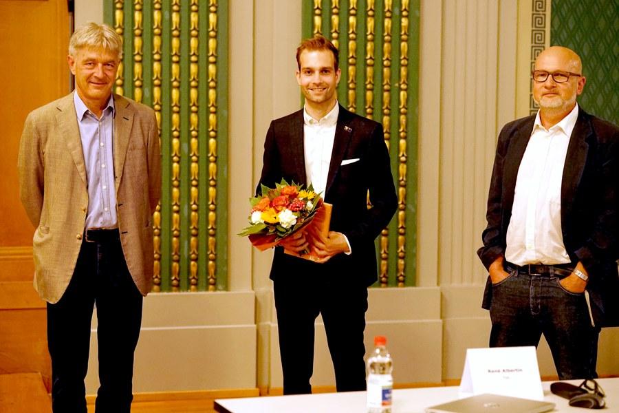 Preisträger Florian Hirschbühl (Mitte) mit Laudator Hanspeter Schmitt von der THC (rechts) und Daniel Otth, Synodalrat