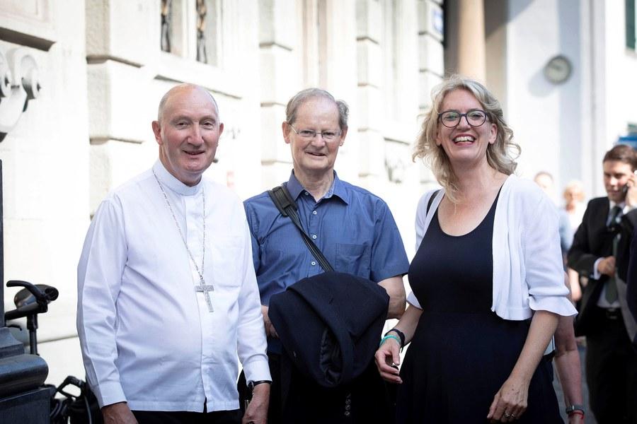 Bischof Peter Bürcher (l.) mit Josef Annen und Synodalratspräsidentin Franziska Driessen-Reding. Foto: Christoph Wider