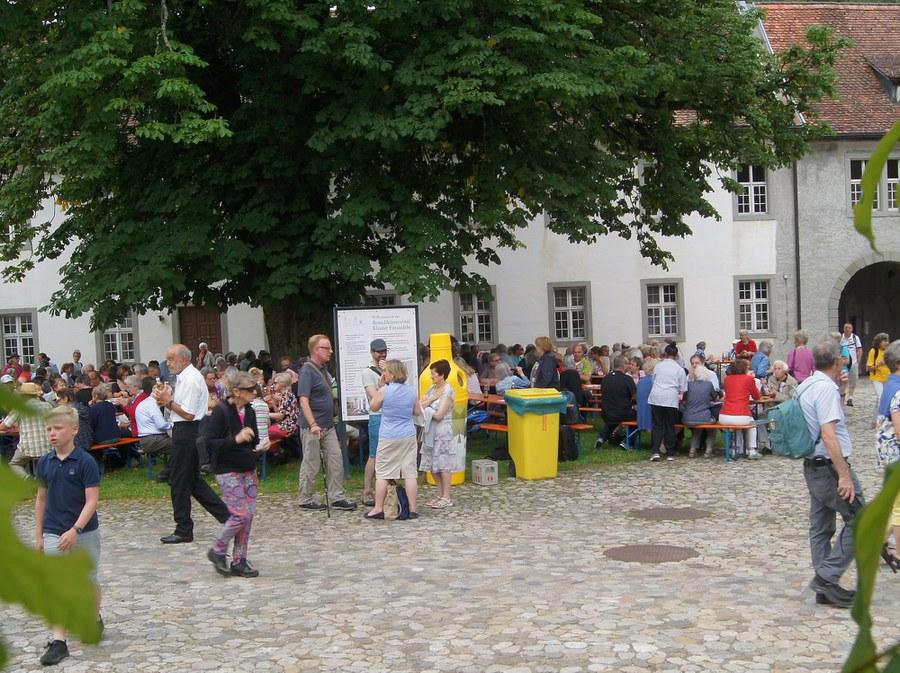 Mittagessen im Abteihof - Foto Christian Murer