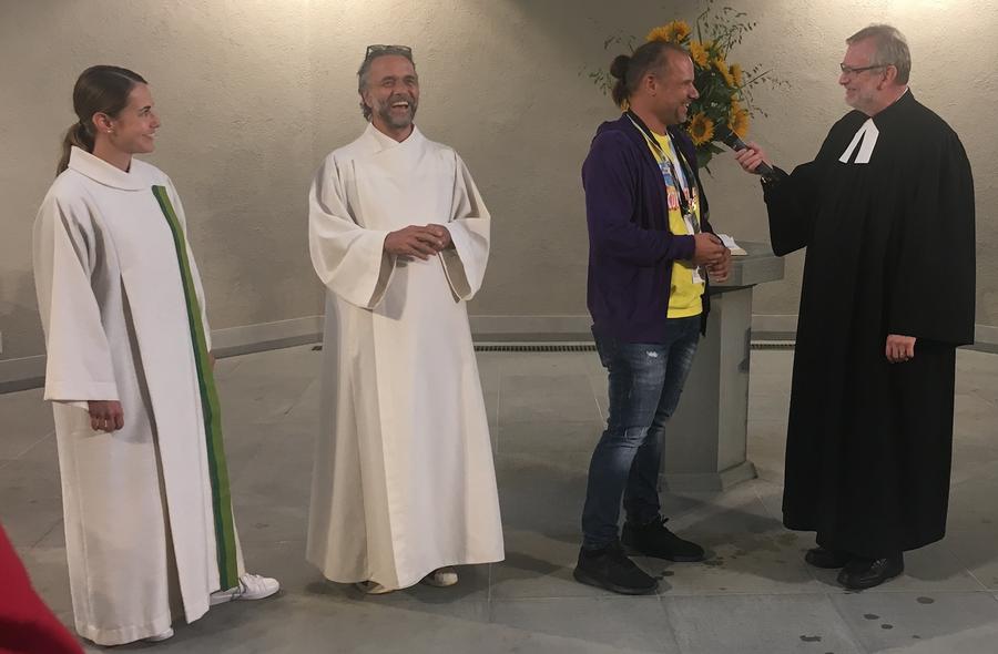 v.l: Veronika Jehle, Meinrad Furrer, Joel Meier (StreetParade) und Pfr. Christoph Sigrist