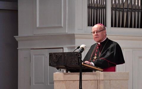 Zieht Bischof Huonder doch nicht ins Knabeninstitut?