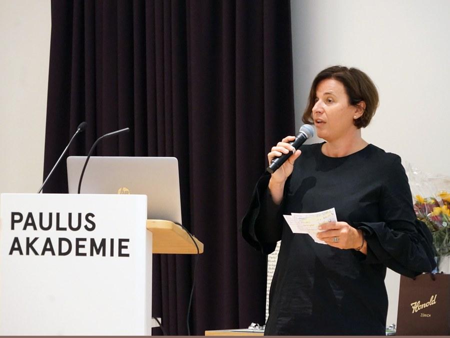 Barbara Bartl eröffnet die Preisverleihung Blitzlichter Foto: Arnold Landtwing