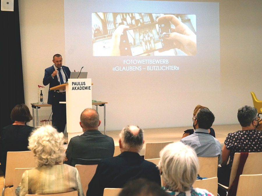 Csongor Kozma freut sich über die erste Ausstellung an der PAZ Foto: Arnold Landtwing