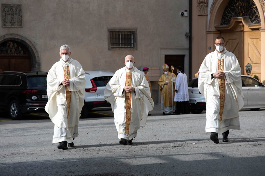 Joseph M. Bonnemain mit den Domherren Andreas Rellstab (rechts) und Daniel Durrer (links) auf dem Weg zur Bischofsweihe. Foto: Christoph Wider / forum