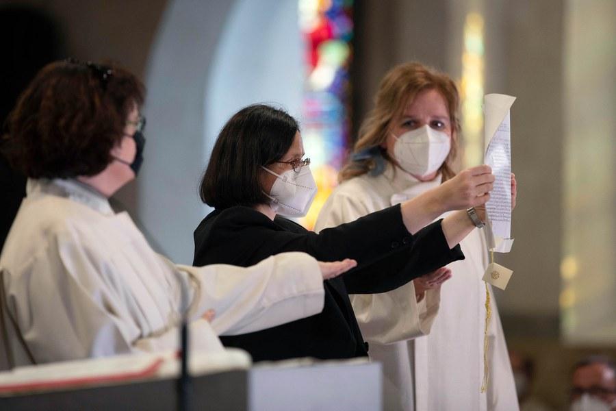 Brigitte Fischer, Donata Bricci und Sabine Zgraggen (vlnr.) präsentieren die päpstliche Bulle, die zuvor von Sabine Zgraggen verlesen wurde. Foto: Christoph Wider / forum