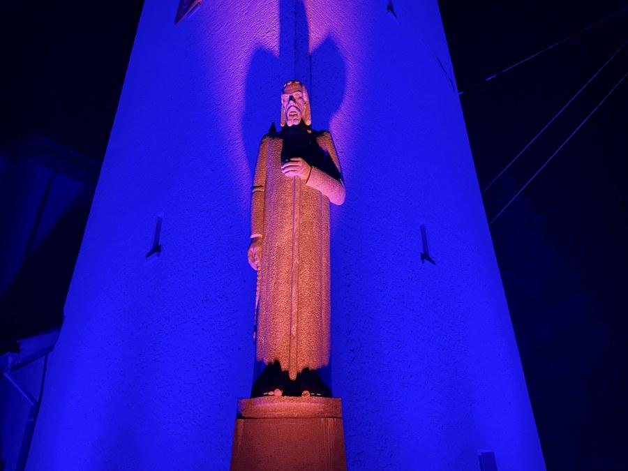 Beleuchteter Eingang der Pfarrkirche Bruder Klaus