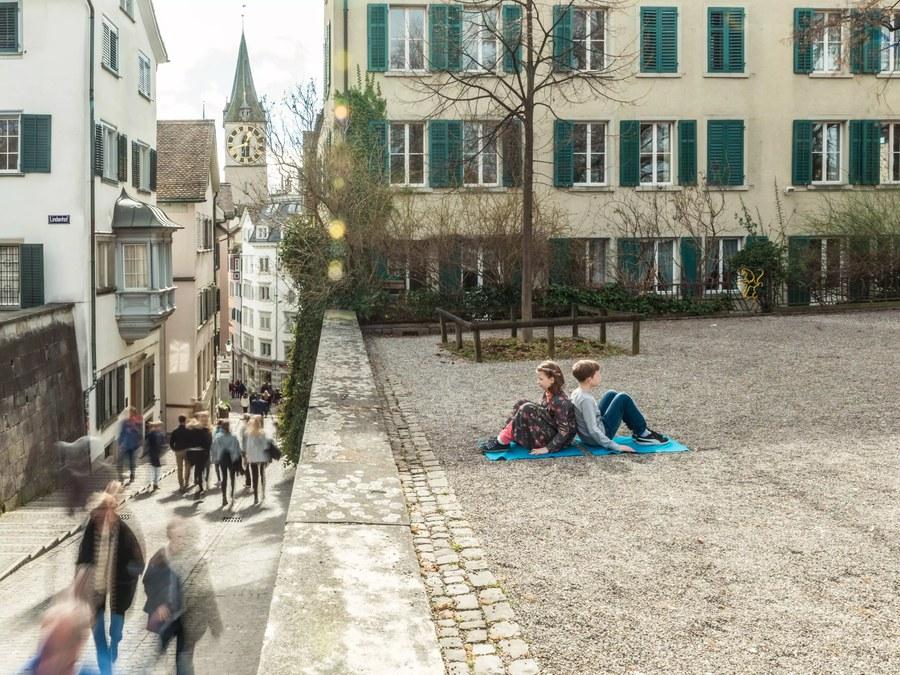 Orte für stilles Verweilen gibt es in Zürich viele. Hier zum Beispiel der Lindenhof. - © SIR ROBIN