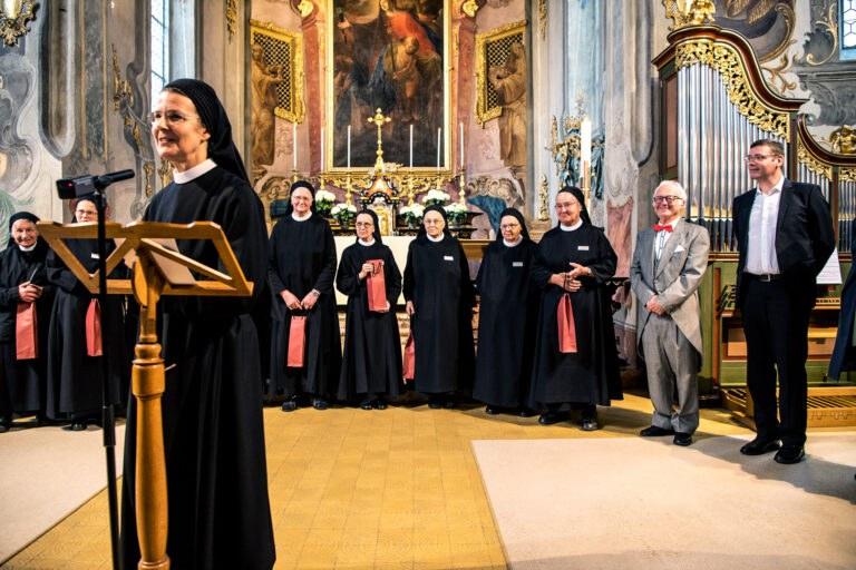 Priorin Iren begrüsst die Gäste zur Premiere