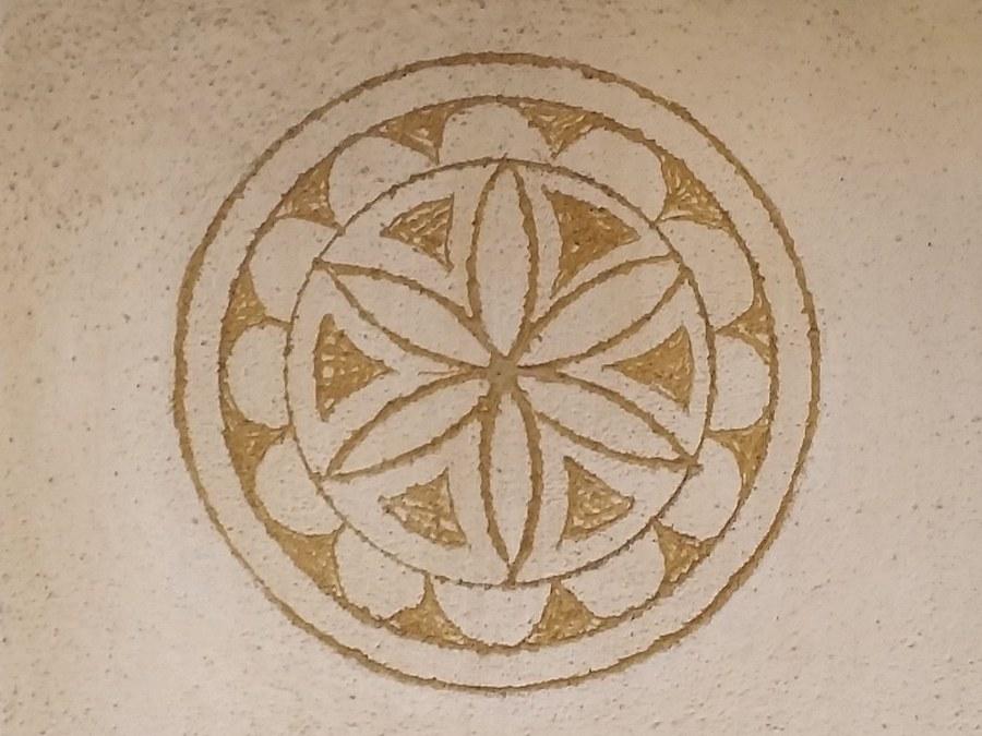 Das Sgraffito mit der Sechssternrosette bzw. dem Marienstern symbolisiert die Quelle des Lebens und die christliche Kirche. Foto: Arnold Landtwing