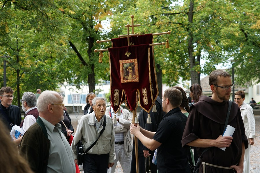 Die Gläubigen versammeln sich auf dem Lindenhof_FOTO_Arnold Landtwing