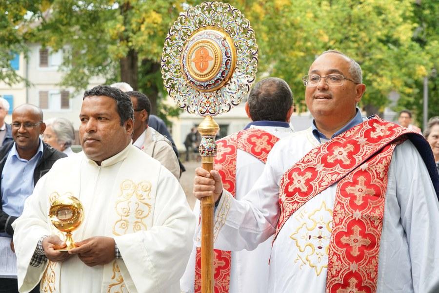 Ökumenisch vereint und bereit zur Prozession _FOTO_Arnold Landtwing