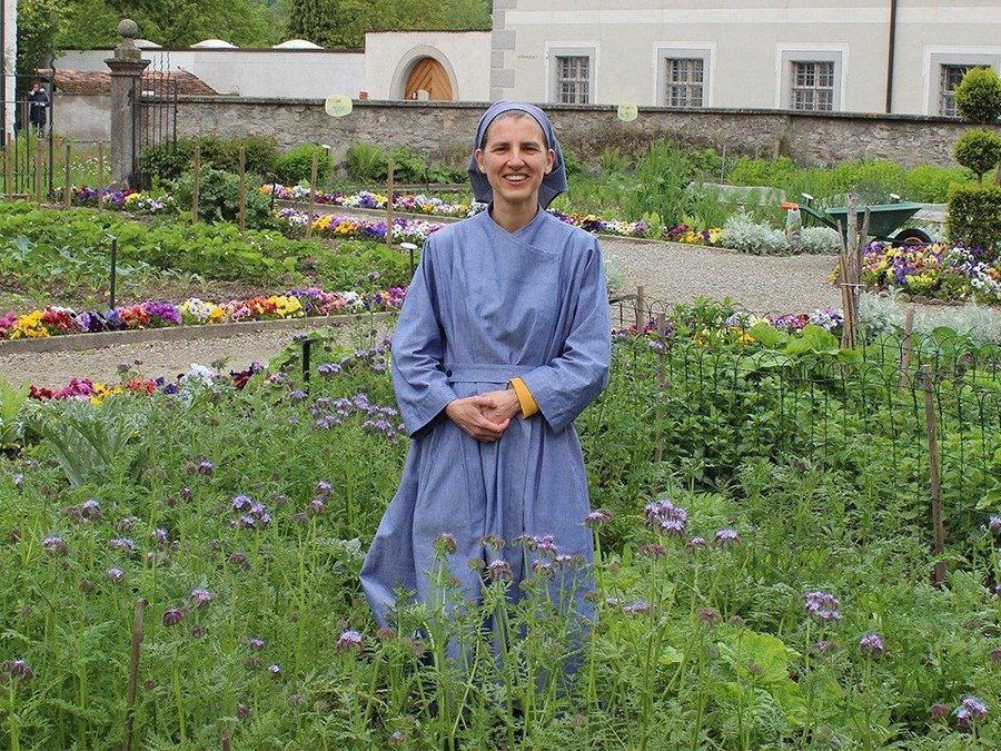 Die Novizin im Klostergarten