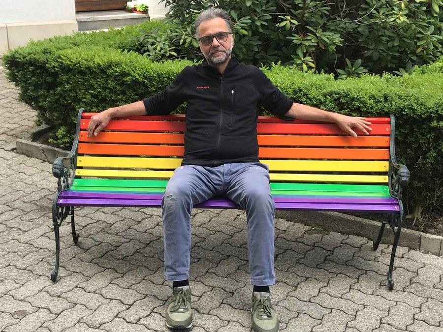 Meinrad Furrer auf der Regenbogenbank. Foto: zVg