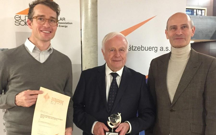Ebmatingen ist Preisträger europäischer Solarpreis 2019 -v.l.n.r. Niklaus Haller (Systementwickler), Louis Landolt (Präsident Baukommission) und Daniel Studer (Architekt ).jpg