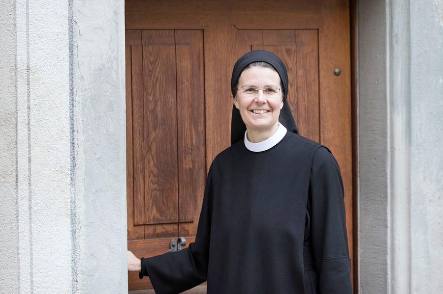 Priorin Irene vor dem Kloster Fahr